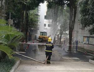 南宁一单位大院施工挖破管道 燃气喷起几米高(图)