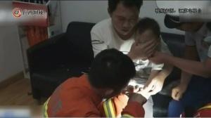 男孩手卡玩具 消防员一边喂食一边救援