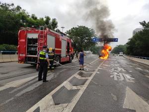 柳州一轿车起火司机被困身亡 遇车祸怎样做?(图)