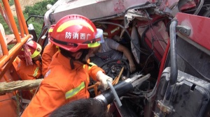 崇左:下坡路段两车相撞一人被困 消防破拆救人