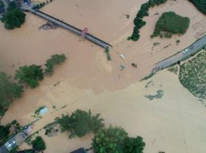 高清:三江遭遇强降雨 多处道路、电力通信中断