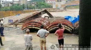 威尼斯人网站三江在建的宜阳大桥施工便桥被洪水冲塌(图)