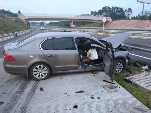 小车高速路撞护栏 护栏穿车而过险酿惨剧(图)