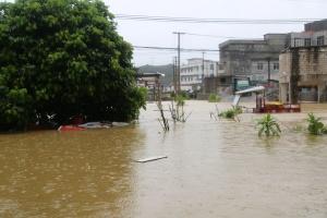 南宁:强降雨致内涝水深超2米 消防救出8人(图)