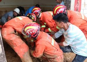 高清:奋战在抗洪救灾一线的河池消防指战员