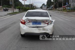 大貨車追尾小轎車將其撞出十幾米 轎車尾部受損