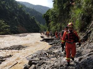 桂林:消防救援人員跋山涉水6小時尋找失聯村(圖)