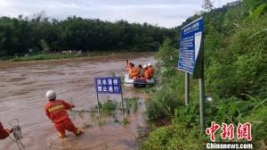 柳州一孕婦就醫遭洪水阻斷道路 消防員開船接送