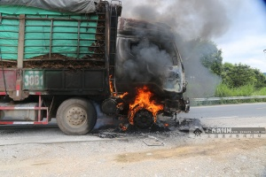南寧:大貨車行駛中起火 車頭被燒得只??蚣?圖)