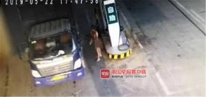 男子嫌天氣熱裸體加油還搶東西 被抓后稱遭人下藥