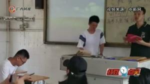 班主任与高三学生告别 学生盼老师保住发际线