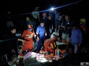 震后8小时:四川消防救援队伍共营救15人 疏散转移165人