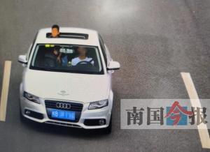 """""""坑儿""""!柳州一父亲放手让7岁儿子开车上路(图)"""