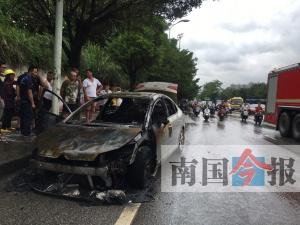 惊险!柳州一小轿车突然起火 一家六口及时逃生