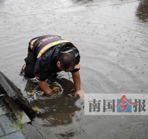 柳州市市政设施维护管理处冒雨处置17处道路积水