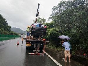 雨天小车急打方向冲出高速 差点上演死亡飞车(图)