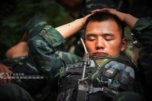 嘘!特战队员睡着了