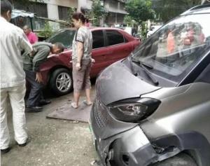 危險!柳州8歲娃開走一輛E100 撞小汽車受傷(圖)