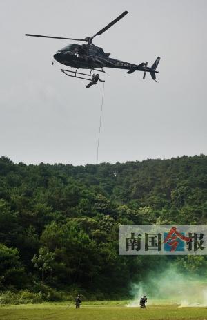 """直升机索降警力投放 柳州特警上演""""动作大片"""""""