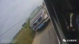 """民警追擊超載貨車 一越野車為""""打掩護""""竟撞警車"""