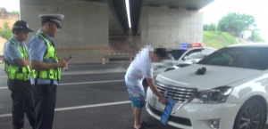 用迷彩布遮擋號牌還穿拖鞋開車 一司機被交警攔下