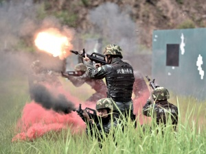 高清:場面熱燃!直擊武警特戰隊員捕殲戰斗演練