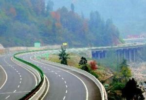 玉湛高速玉林引線正鋪設水穩層 預計9月建成通車