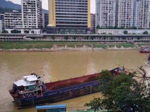 7月7日焦�c�D:梧州一艘�船撞上水上游泳��