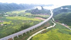 7月10日焦�c�D:�F港至隆安高速公路正式通��\行