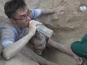 �F港4名工人被埋沙坑 消防�T手刨���砂子�I救