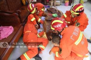 崇左:男孩貪玩腳被卡茶幾內 消防破拆施救(圖)
