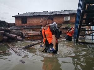 新一轮强降雨致桂林内涝严重 武警官兵闻