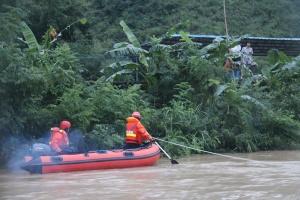 高清:暴雨突袭宜州多地 消防紧急营救被困群众