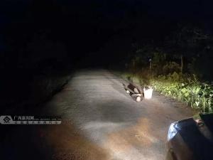 七旬老人醉倒荒郊 民警凌晨往返8公里救助