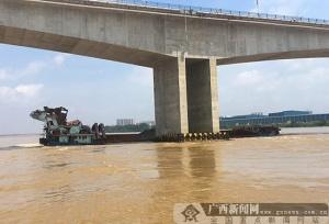一艘货船在广西平南触碰桥梁 应急救助工作正进行