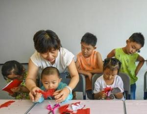 河北香河:放暑假 学剪纸