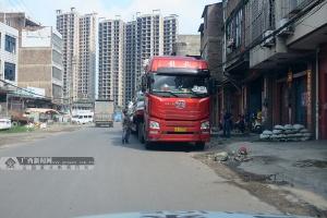 大货车闯禁区逆停被查 司机掏出两本一样的驾照