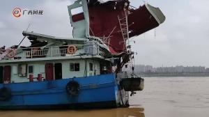 一艘货船在贵州平南触碰桥梁 多人受伤