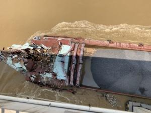 7月17日焦点图:平南货船失控撞桥 船上7人成功获救
