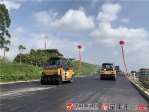 玉林市民主南路陆川段已进入铺设沥青阶段 预计9月底全面完成
