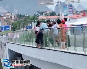 惊险��贺州一女子轻生欲跳高架桥 铁警将其拽回