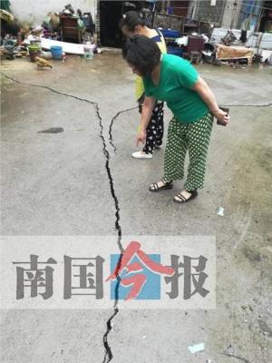 吓人!几场大雨后 柳州一小区多处地面墙体开裂了