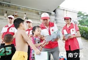南寧志愿者在邕江邊開展防溺水宣傳