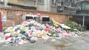 南宁一老旧小区部分居民不交物业费 垃圾堆成山