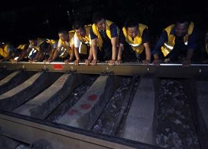 高清组图:衡柳铁路线深夜赶工 为