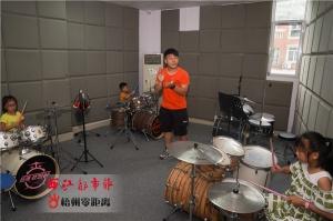 梧州两青年为音乐梦想拼出一条路