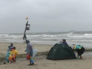 3日焦点图:危险!台风天游客为寻刺激盲目