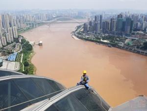 山城重庆:高温下的建设者
