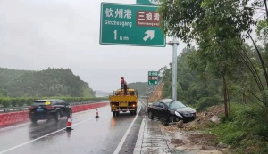 雨天行车遇积水 小车高速路打滑撞路边指示牌标杆