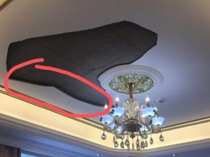 7日焦点图:南宁一居民卧室天花板脱落 差点砸伤人